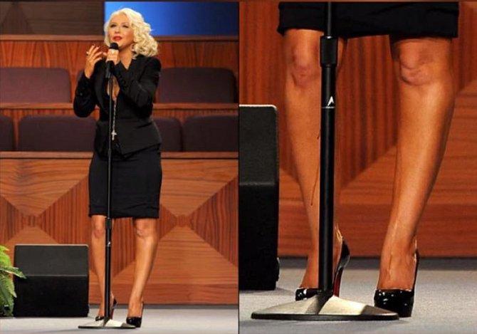 Christina Aguilera se při zpívání tak rozparádila, že nebylo jasné, zda se počůrala, nebo tolik zpozila
