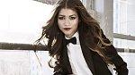 Zendaya - Tato mladá herečka se rozčílila, když spatřila své upravené fotografie v časopisu. Rozhodla se tedy uveřejnit obě verze, aby si její fanoušci udělali sami představu o tom, jak moc se liší vzhled celebrit prezentovaný veřejn...