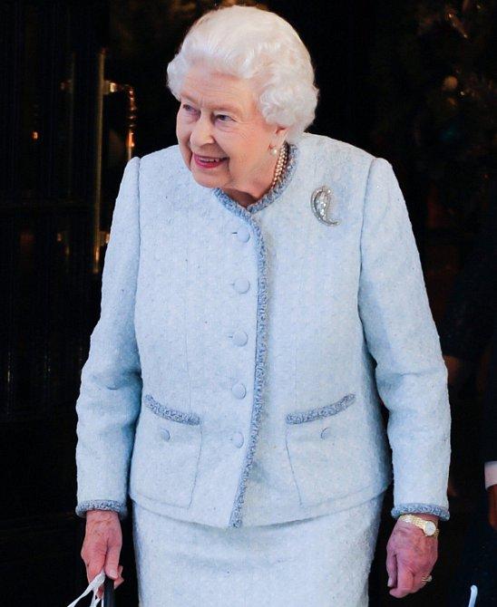 Modrá je bezpochyby královnina nejoblíbenější barva.