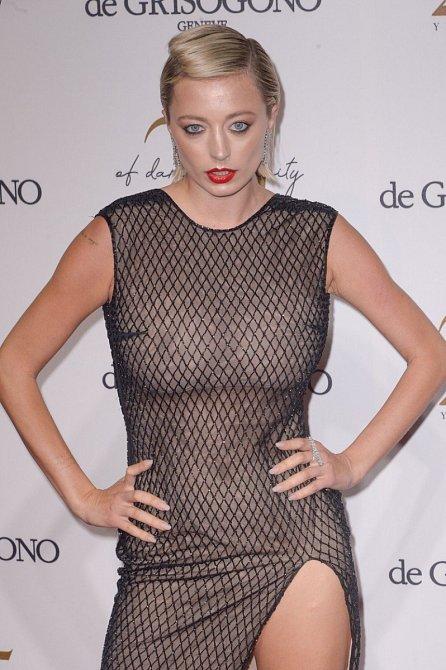 Modelka a blogerka Caroline Vreeland se na DeGrisogono party v Cannes objevila v odvážném modelu, pod kterým nechala své přírodní pětky nesvázané podprsenkou.