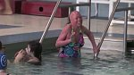 Pacienti s ichtyózou musí dbát na dostatečnou hydrataci. Hunter vodu přímo miluje.