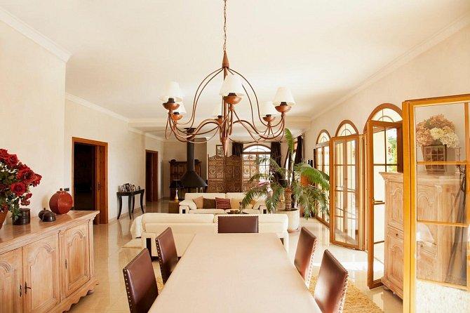 Brad Pitt prý osobně vybíral veškeré osvětlení v domech.