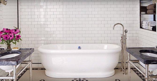 Krásná koupelna s retro vanou. Přesně styl Meg.