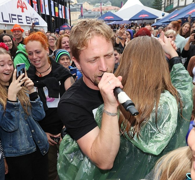 Tomáš Klus si během koncertu zazpíval a zatančil s ctitelkou.