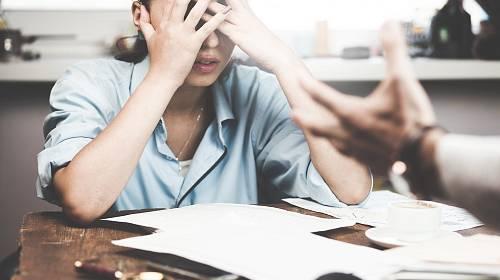 Šikanu na pracovišti si nemusíte nechat líbit, ale vzepřít se jí je těžké.