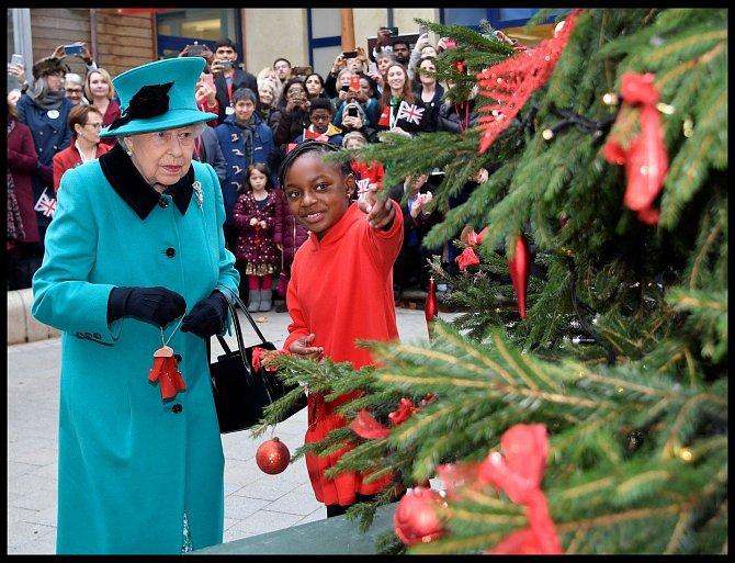 Při rozsvěcení stromu měla královna nazelenalý kabát.