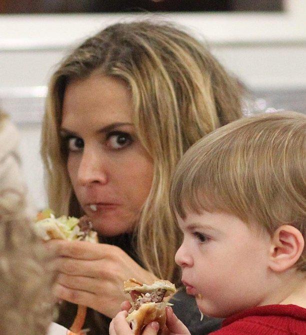 Ex Charlieho Sheen Brooke Mueller vyrazila na jídlo s dětmi. Ale moc dobrým příkladem jim nejde.