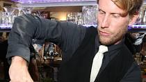 S chutí se postavil za bar a míchal drinky