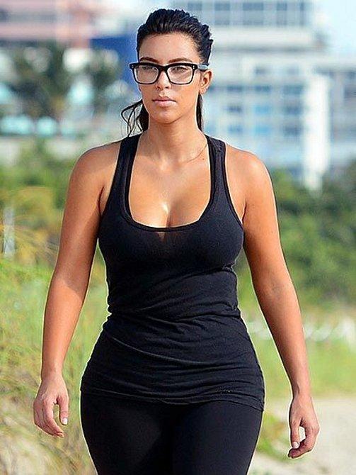 Kim Kardashian nosí brýle s hrdostí.