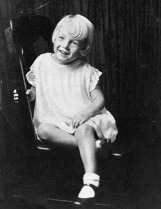 2. Pravé jméno Marilyn Monroe bylo Norma Jeane Mortenson (byla pokřtěna s příjmením Baker). Poté, co se její matka kvůli nadužívání léků proti depresi dostala do léčebny, strávila Norma několik let v sirotčinci a následně vyrůst...