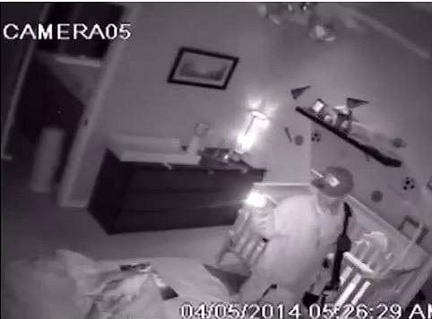 Tohle je hodně děsivé! Zloděj, kterého zachytila kamera, se několik minut nehnutě díval na miminko spokojeně spící ve své postýlce.