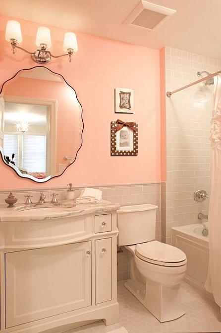 I romanticky laděná koupelna snese kulaté zrcadlo.