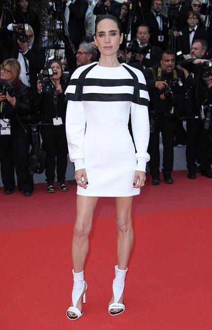 Jennifer Connelly má nohy jako párátka… Od loňského roku velmi pohubla a rozhodně nevypadá zdravě.
