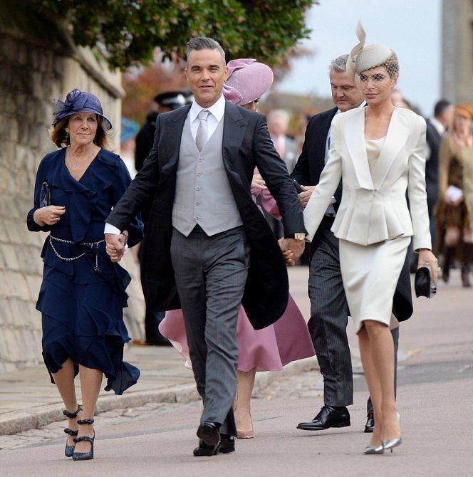 Robbie Williams vzal na svatbu nejen svou manželku, ale také maminku. Manželka Ayda oblékla kostýmek v odstínu slonovinové kosti a fascinátor. Maminka zvolila tmavě modré šaty s bohatými volány.