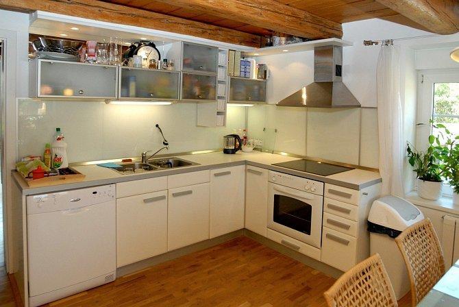 I když kuchyně Václava Upíra Krejčí už něco pamatuje, přesto je velmi nadčasová a to hlavně díky bílé barvě.