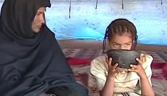 Mauretánie - mladá dívka tloustne pod dohledem matky...
