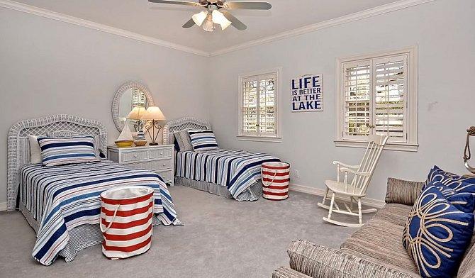 Jedna z několika ložnic. Zařízená v námořnickém stylu.