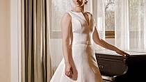 Vlečkové saténové svatební šaty, jejichž extravagance spočívá v jednoduché linii, která je hlavní předností a zároven výzdobou tohoto modelu.