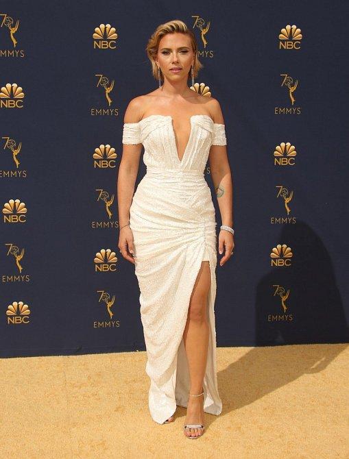 Na předávání Emmy si vzala bílé šaty s rafinovaným dekoltem. Vlasy jsou opět světlé a zdá se, že si je Scarlett nechává trochu dorůst.