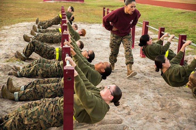 Vojáci jsou často i ženy, jejich trénink není o nic lehčí než ten mužský.