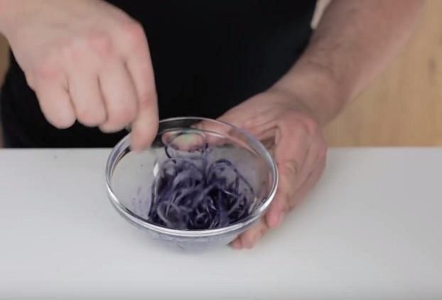 Uvařte mísu těstovin, které postupně po částech obarvěte pár kapkami potravinářského barviva.
