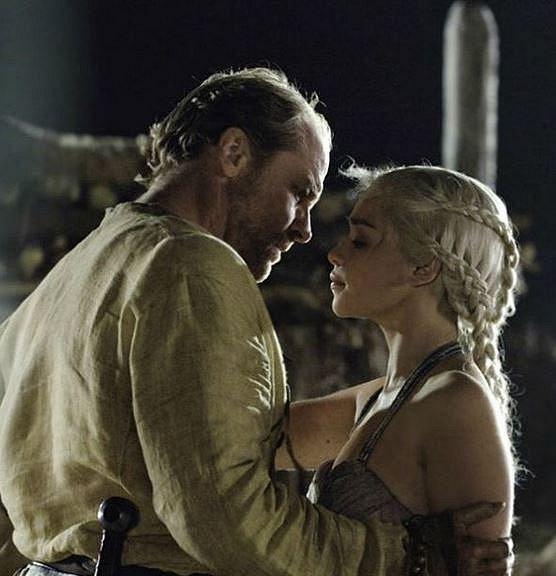 Iain Glen (Jorah Mormont), přítelkyně Charlotte Emmerson – Skotský herec Iain Glen si zahrál oddaného ochránce krásné Daenerys, která je za bouře zrozená, nespálená, matka draků, královna Andalů, Rhoaynů a Prvních lidí, Khalessi.