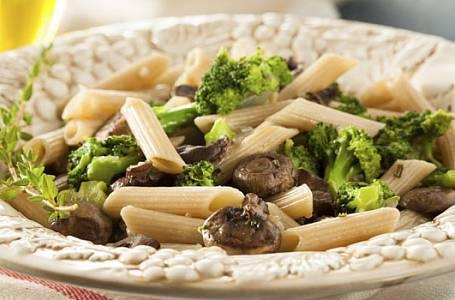 Těstoviny s brokolicí a žampiony v sýrové omáčce
