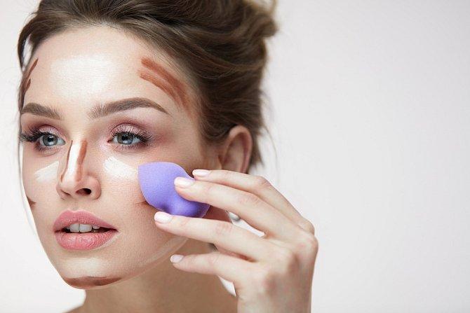 Ke stínování můžete použít štětce nebo kosmetické houbičky.