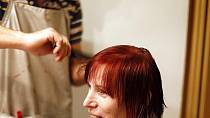 Po opláchnutí jsou ale vlasy krásně temně rudé.