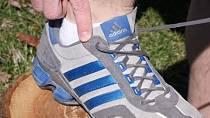 Poslední dírka v teniskách, které na první pohled vypadá, že je na parádu, slouží k pevnějšímu utažení bot a k ochraně kotníku. Používejte ji!
