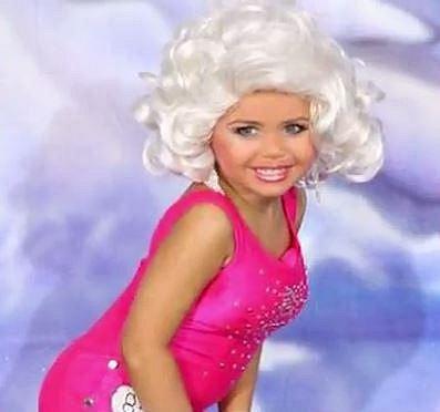 Tato dívenka nosí na soutěže oblečení, které jí maminka vycpává v oblasti prsou...