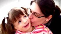 V šesti letech si ji vyhlédla texaská rodina, která měla dceru se stejným syndromem a chtěla, aby se dívky staly jedna pro druhou oporou.