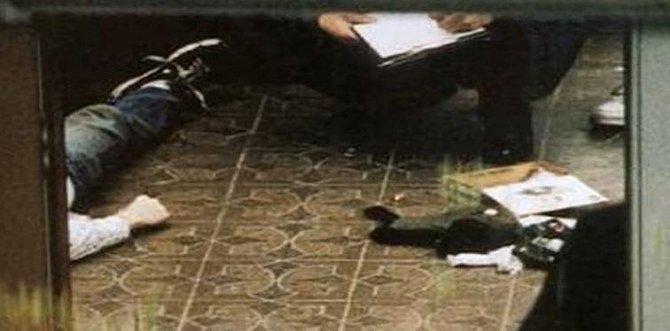 Curt Cobain - spáchal sebevraždu ve svém domě, bylo mu pouhých 27 let. Kurt se zastřelil. Zanechal dopis na rozloučenou, který věnoval svému imaginárnímu příteli, se kterým komunikoval od dětství.