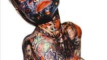 Seznamte se Julií Gnuse. Tato žena se proslavila díky svému tetování, které jí pokrývalo neuvěřitelných 95% těla. Julie se narodila v Americe v roce 1955 a bohužel trpěla velmi závažným onemocněním kůže, které způsobuje puchýř...