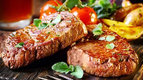 Koláč s mandlemi a skořicí, steak s mrkvovými bramborami a salát s vajíčky