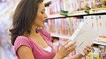 Čtěte etikety na potravinách, ať víte, co kupujete. Mnohé přísady vás spolehlivě odradí.