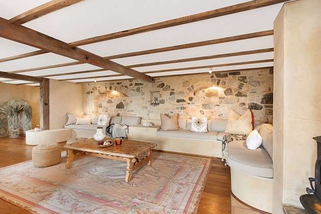Dům v Austrálii je oázou klidu. Je zařízený ve venkovském stylu, pohrává si s 'nedbalou elegancí', sází na přírodní materiály a je velkorysý na prostor.