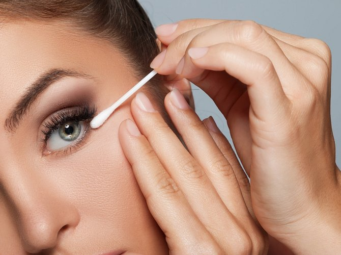 Vatové tyčinky jsou nápocné i při líčení očí.