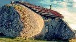Dům postavený výhradně jenom z kamenů z okolí
