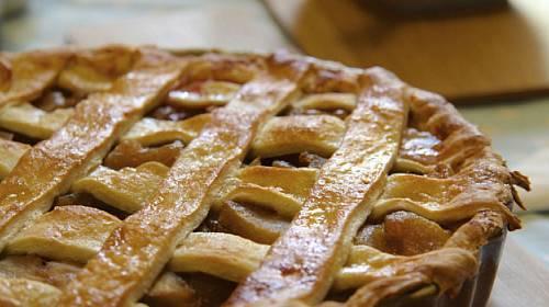 Mřížkovaný jablečný koláč s mandlemi a skořicí