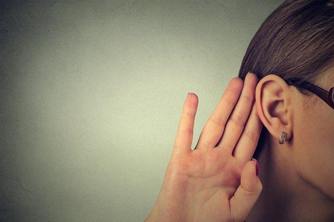 """Zhoršení sluchu je jedním z příznaků """"zašpuntovaných"""" uší."""