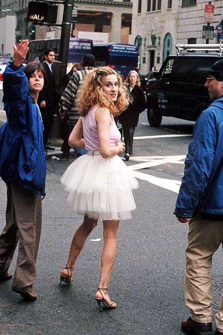 Hlavní hrdinka novinářka Carrie Bradshaw, kterou s chutí ztvárnila Sarah Jessica Parker