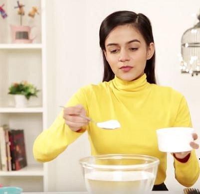 Nezapomínejte pravidelně čistit hřebeny a kartáče. Pomoci vám s tím může soda. Přidejte několik lžic sody do misky s vodou a dobře promíchejte.