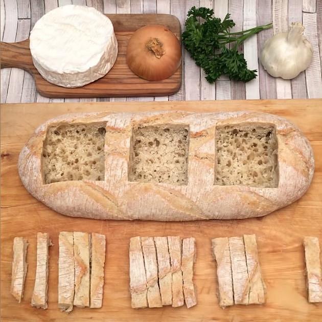 V chlebu vyřízněte tři otvory, otvory vydlabejte až ke spodu, ale nesmí být skrz a ze zbylé kůrky nakrájejte tenké tyčinky. Vše dejte na plech vyložený papírem na pečení.