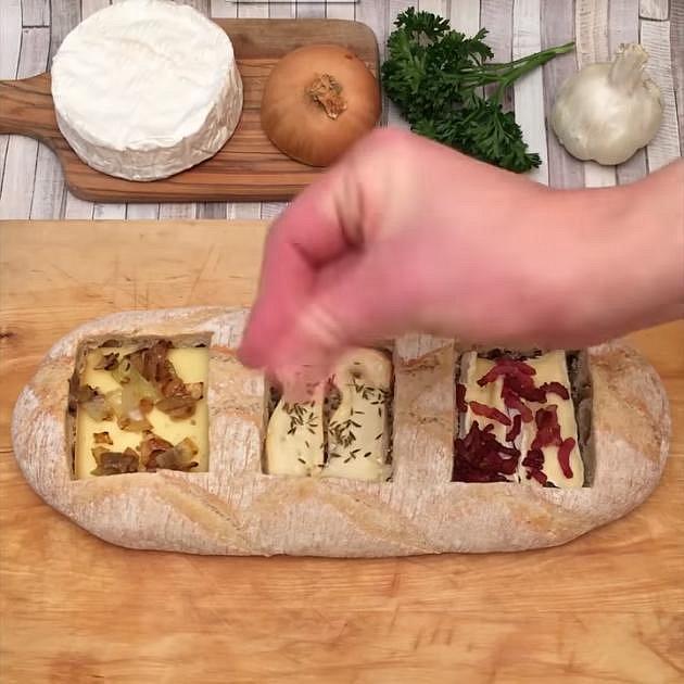 Do každého z vydlabaných otvorů vložte jeden druh sýru. Na Camembert nasypte opečenou slaninu, na Reblochon trochu rozmarýnu, na Raclette zkaramelizovanou cibulku. Opakujte postup dokud nenaplníte celý vydlabaný otvor. Nahoře by měl zůsta...