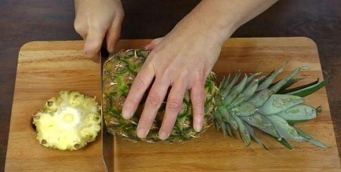 Dalším krokem je seříznutí spodní části ananasu a to zcela v rovině.