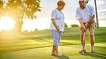 Na golf chodívají muži slušní a movití. Co když je z nich někdo právě single?