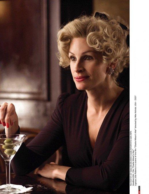 I náročný blond účest jí slušel.