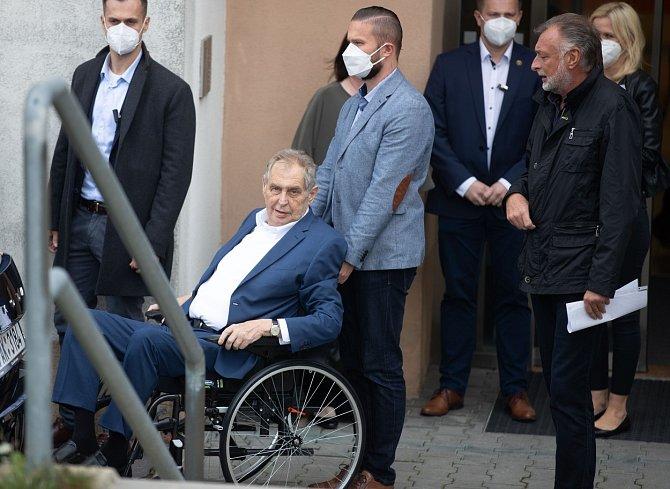 Lékaři nemohou sdělit jak vážný je stav Miloše Zemana