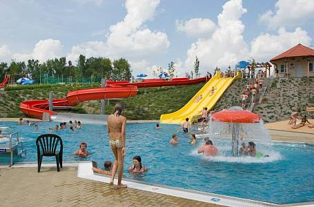 <p>Dačice: Nové moderní koupaliště slouží lidem od června 2007. Vodu ohřívá 69 solárních kolektorů</